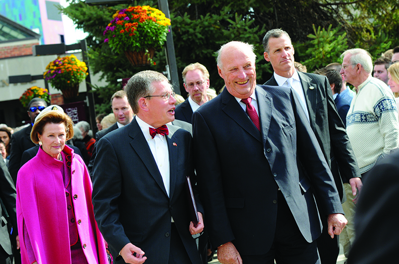 President Paul Pribbenow (center) talks with King Harald V and Queen Sonja of Norway during their visit to campus in 2011.