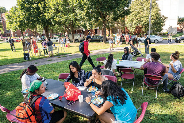 Students eating in Murphy Square.